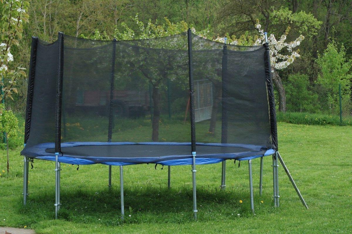 trampolin im Garten