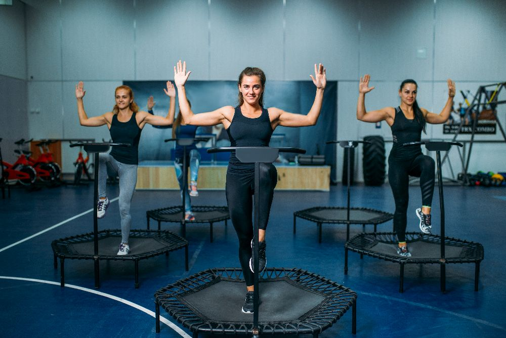 Training auf dem Fitness Trampolin mit Armen