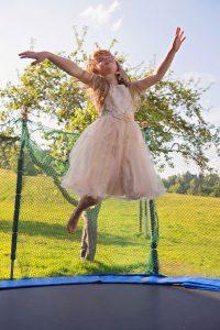 Mädchen hüpft auf Trampolin
